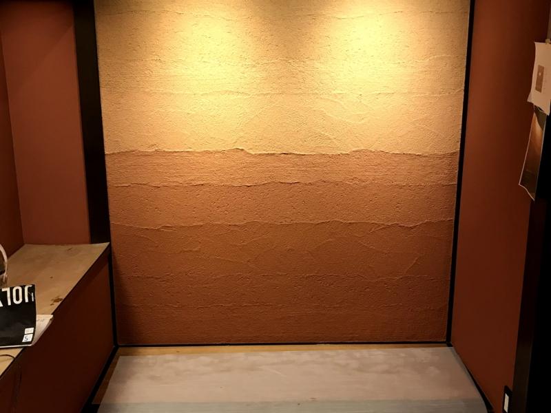 和室に合わせてジョリパットで版築風に仕上げたデザイン壁